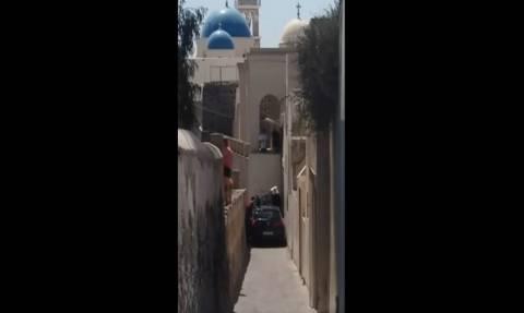Απίστευτο βίντεο: Αυτοκίνητο σφήνωσε στα σοκάκια της Σαντορίνης με αποτέλεσμα να...