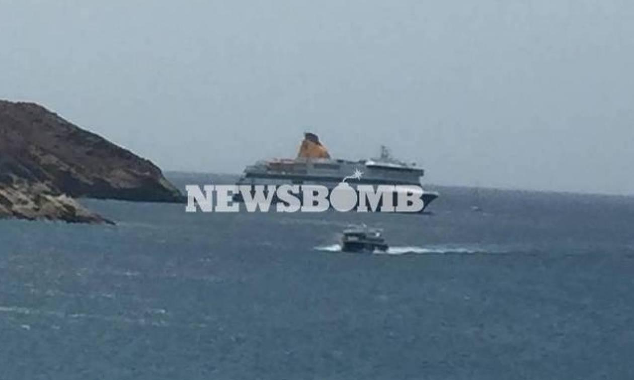 «Ξεκόλλησε» το Blue Star Patmos - Με τη βοήθεια των ρυμουλκών οδηγείτε στο λιμάνι της Ίου