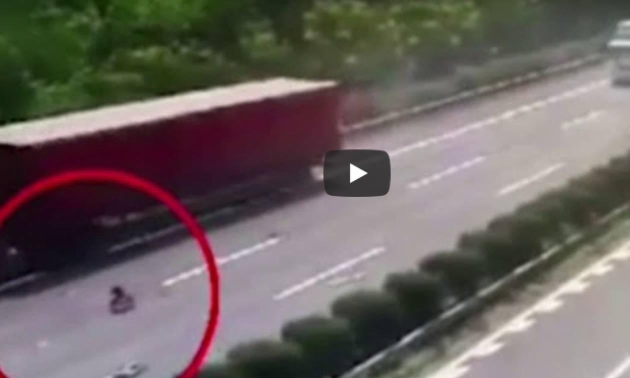 Σοκαριστικό ατύχημα! Κοριτσάκι εκτοξεύεται από φορτηγό στο δρόμο... (video)