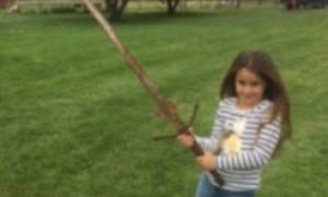 Βρετανία: Αναβιώνει ο μύθος του Εξκάλιμπερ μετά την ανακάλυψη σπαθιού από 7χρονη σε λίμνη (pics)