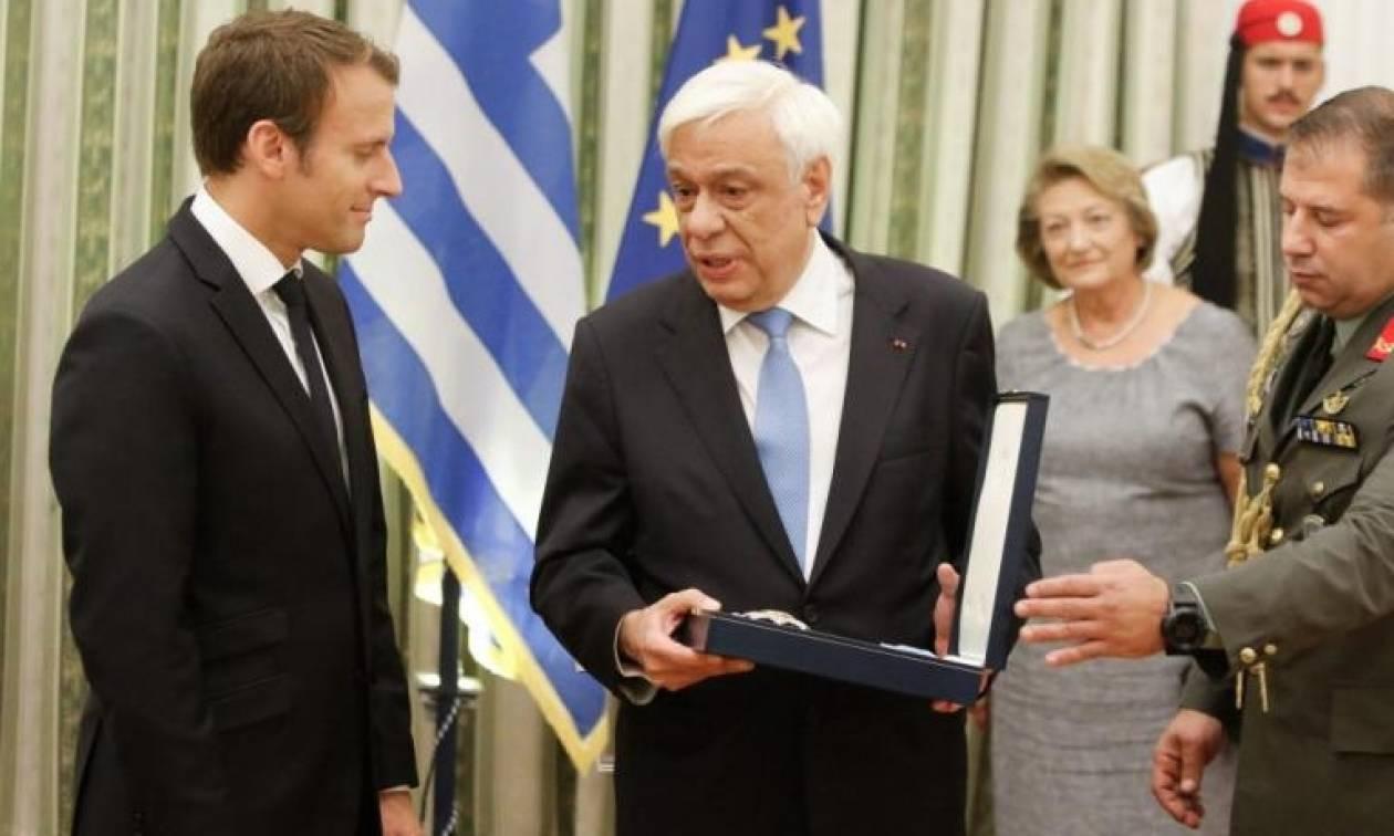 Επίσκεψη Μακρόν: Το βιβλίο που χάρισε ο Προκόπης Παυλόπουλος στο Γάλλο Πρόεδρο