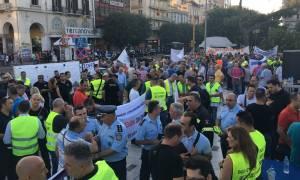 ΔΕΘ 2017: Με καπνογόνα οι ένστολοι στο υπουργείο Μακεδονίας-Θράκης - Ολοκληρώθηκε η πορεία (vid)