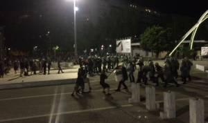ΔΕΘ 2017: Ένταση και χημικά-Διαδηλωτές σήκωσαν τα στόρια και εισέβαλαν στο προαύλιο (pics & vid)