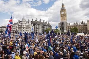 Βρετανία: «Βοήθεια! Είμαστε παγιδευμένοι σε ένα μικρό νησί που βρίσκεται υπό τον έλεγχο παρανοϊκών»