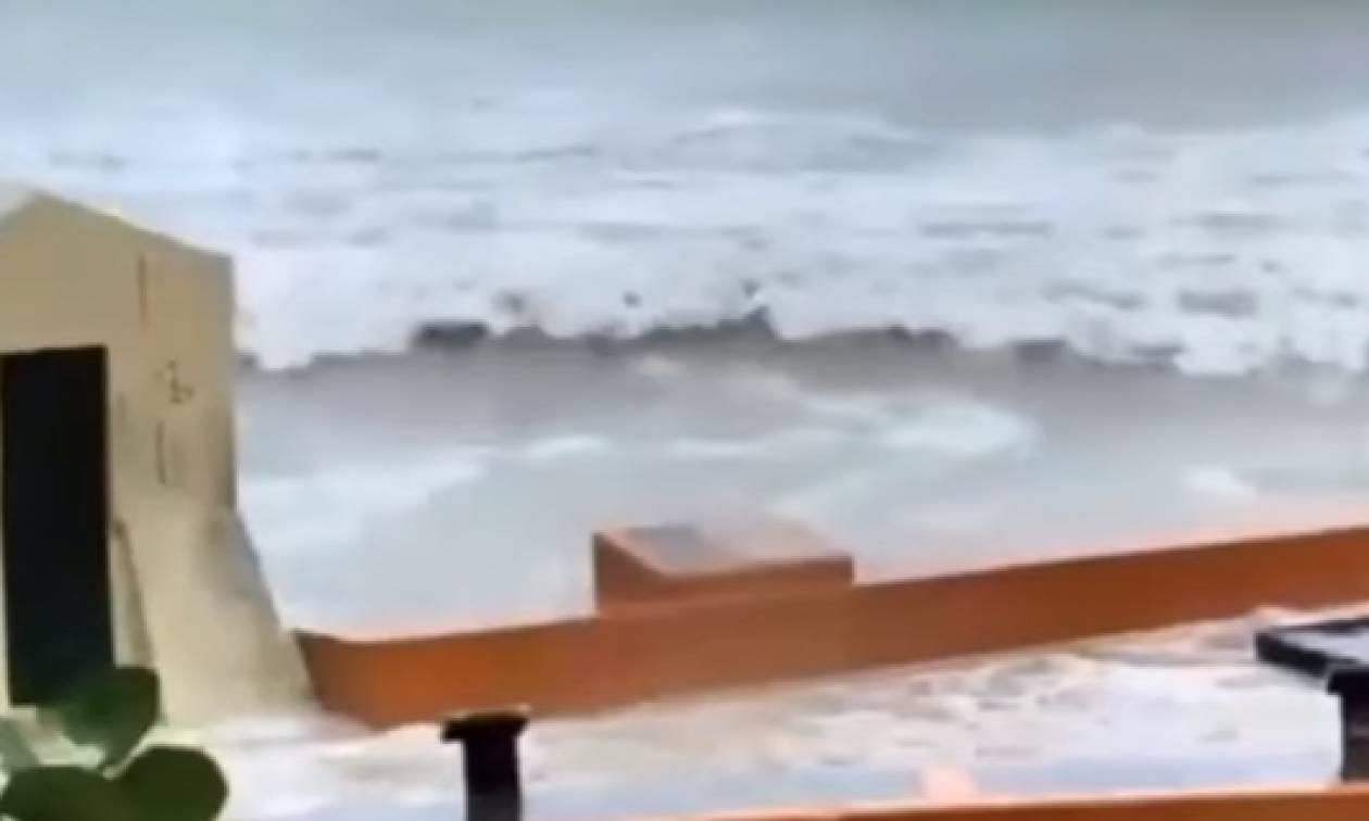 Ηθελε να καταγράφει τη μανία του τυφώνα Ιρμα και τον... παρέσυραν τα κύματα (video)