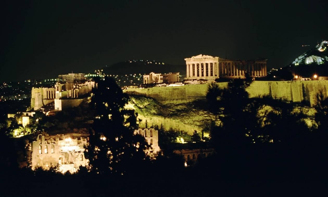 Καταγγελία του υπεύθυνου φωτισμού της Ακρόπολης το 2004: Οι προβολείς έχουν δύο δάχτυλα βρώμας!