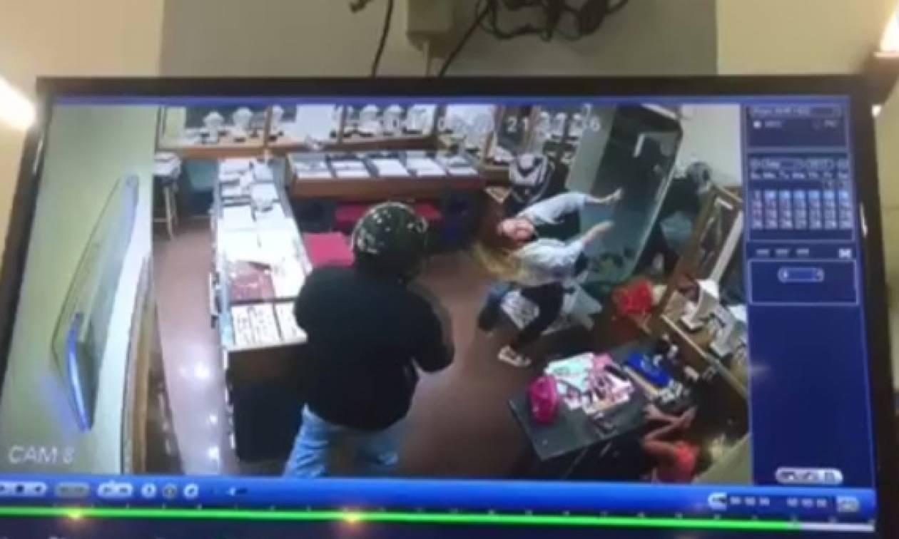 Βίντεο σοκ στη Ρόδο: Ληστές χτύπησαν επιχειρηματία μπροστά στα μάτια της κόρης της
