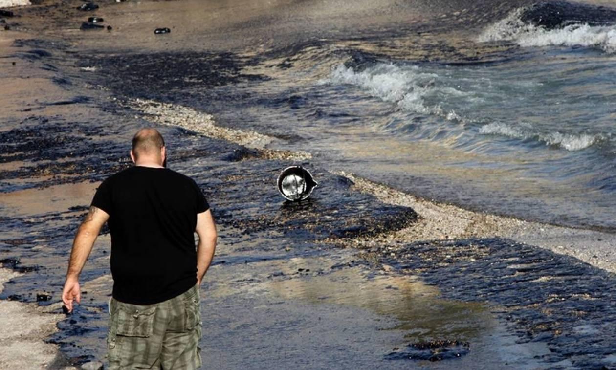 Σαρωνικός: Μεγάλα κομμάτια της πετρελαιοκηλίδας παρασύρθηκαν στα ανοιχτά της Πειραϊκής
