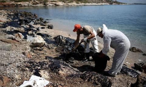 В Греции заявили об экологической катастрофе из-за затонувшего танкера, перевозившего мазут