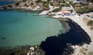 Συναγερμός σε όλο το παραλιακό μέτωπο της Αττικής - Στον Άγιο Κοσμά έφτασε η πετρελαιοκηλίδα (pics)