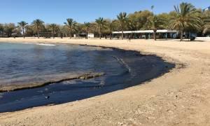Πετρελαιοκηλίδα - Δραματική εξέλιξη: «Μαύρισαν» οι παραλίες σε Γλυφάδα και Άγιο Κόσμα