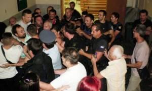 Πλειστηριασμοί: Χαμός στο Ειρηνοδικείο Λάρισας – Πιάστηκαν στα χέρια (pics)