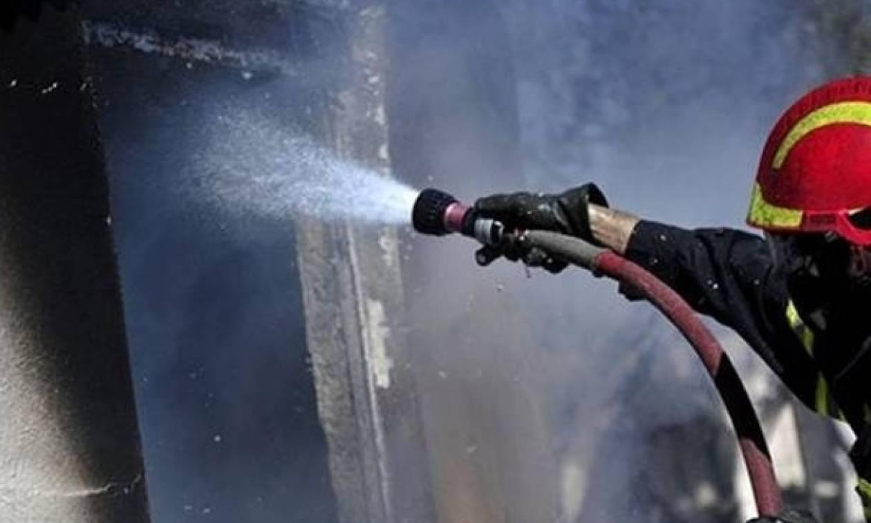 Θεσσαλονίκη: Λαχτάρησαν ένοικοι πολυκατοικίας από φωτιά – Κάηκαν τέντες και οχήματα
