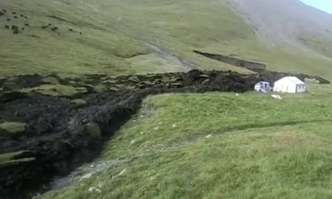 Απόκοσμες εικόνες: Λιώνει σαν «λάβα» το βουνό - Εκκενώνεται οικισμός (video)