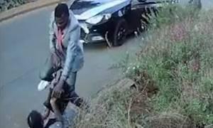 Τρόμος σε πανεπιστήμιο: Ένοπλος ληστής κολλάει το όπλο στον κρόταφο φοιτήτριας (vid)