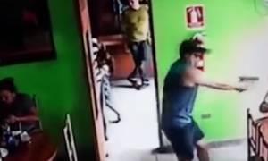 Σοκαριστικό βίντεο: Εν ψυχρώ δολοφονία σε καφετέρια (ΠΡΟΣΟΧΗ σκληρές εικόνες)