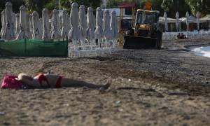 Τι ακριβώς κάνει η κυρία στην παραλία του Παλαιού Φαλήρου; Η φωτογραφία που «γκρεμίζει» το διαδίκτυο