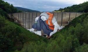 Ένας... ζωγραφισμένος πρόσφυγας ζητά είσοδο στη Γαλλία (pics)