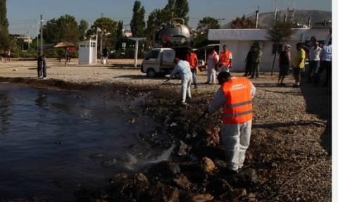 Огромное нефтяное пятно дошло до афинского пляжа в районе Кавури