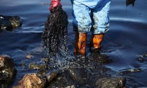 Πετρελαιοκηλίδα: Μήνυση κατά παντός υπευθύνου για τη θαλάσσια ρύπανση στο Σαρωνικό
