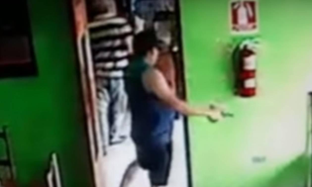 Πληρωμένος δολοφόνος εκτελεί το θύμα του εν ψυχρώ - ΣΚΛΗΡΟ ΒΙΝΤΕΟ