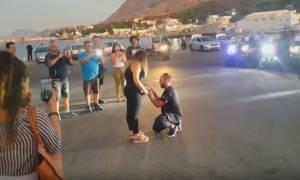 Χανιά: Η πρόταση γάμου που «ξεσήκωσε» το λιμάνι (vid)