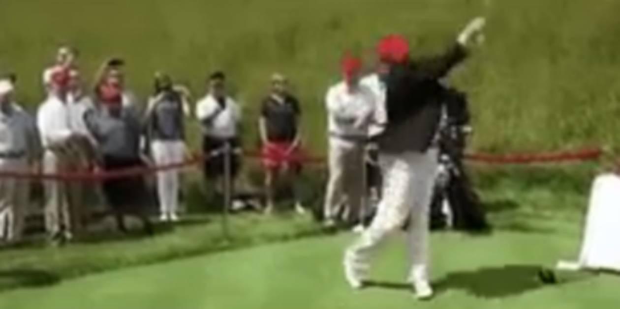 Ο Τραμπ «χτυπάει» με ένα μπαλάκι του γκολφ την Χίλαρι