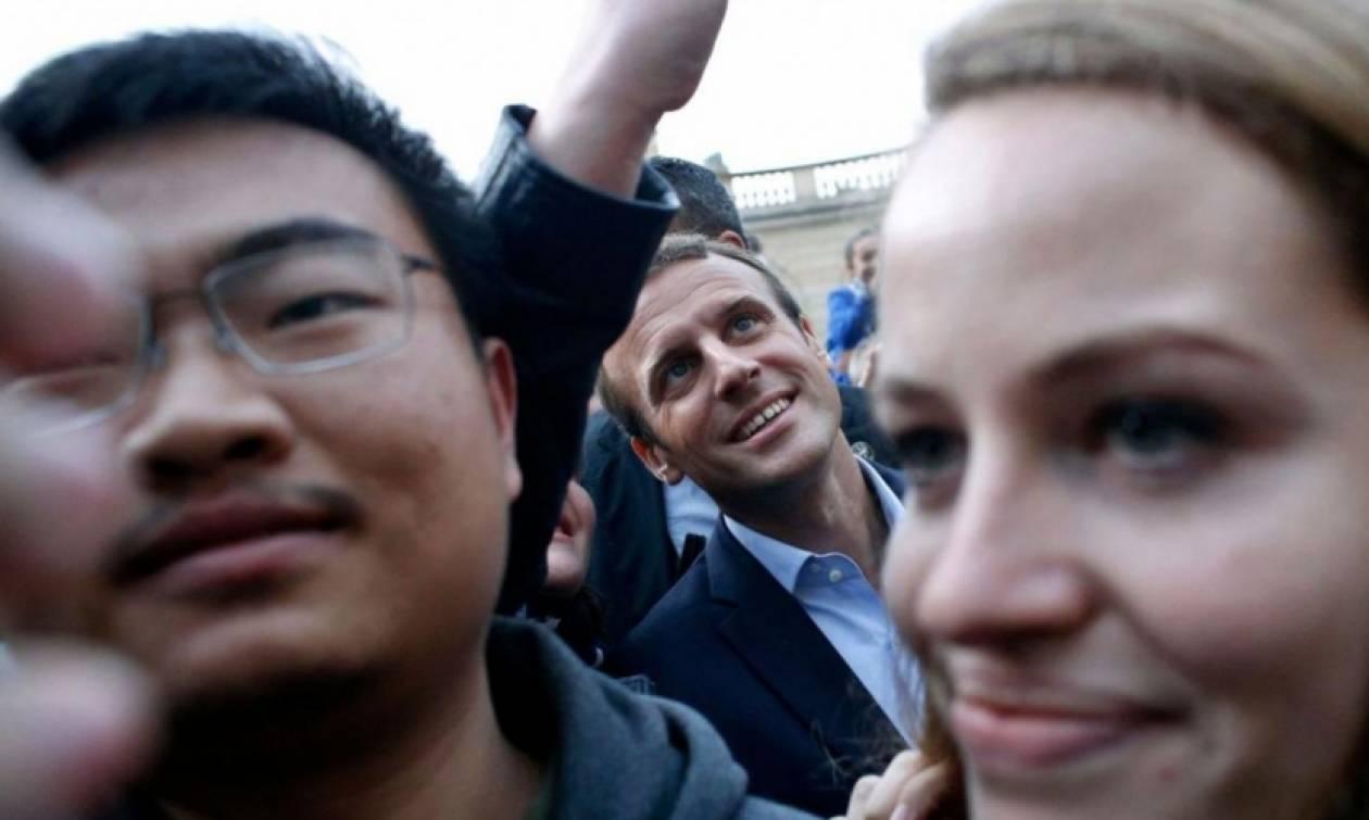 Χαμός στο Παρίσι: Όλοι ήθελαν μια selfie με τον Εμανουέλ Μακρόν!