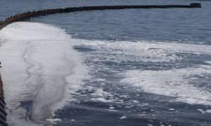 Πετρελαιοκηλίδα: Παίρνουν δείγματα από την Βούλα έως την Ανάβυσσο - Πού απαγορεύεται το κολύμπι