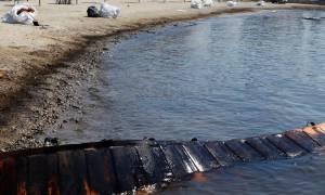 «Μαύρος» ο Σαρωνικός: Αυτές είναι οι παραλίες της Αττικής που κατέστρεψε η πετρελαιοκηλίδα