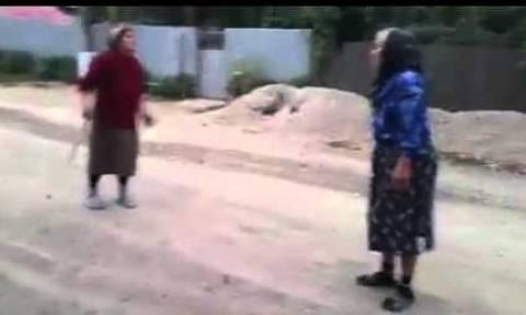 Απίστευτο ξύλο: Γιαγιάδες πιάστηκαν μαλλί με μαλλί - Στο νοσοκομείο 84χρονη
