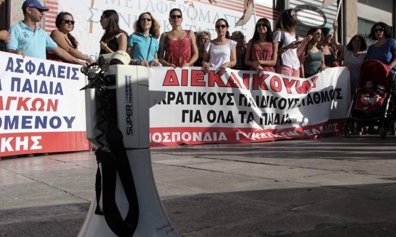 Ένταση στο κέντρο της Αθήνας: Συλλαλητήριο για τους παιδικούς σταθμούς (pics&vid)