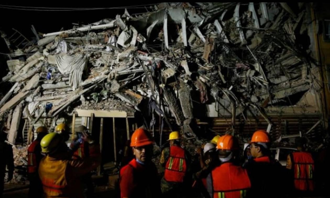 Μεξικό Σεισμός: Απελπισμένοι γονείς αναζητούν τα παιδιά τους στα ερείπια του σχολείου που κατέρρευσε