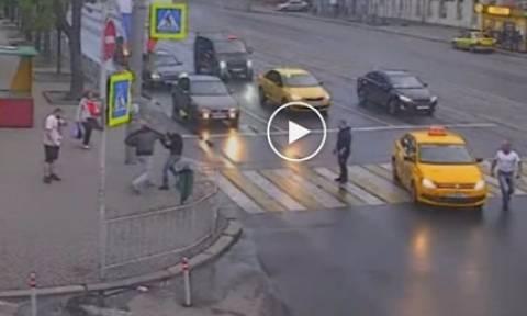 Αγριο ξύλο! Ταξιτζής επιτέθηκε σε επιβάτη, αλλά λίγο αργότερα το μετάνιωσε πικρά (video)