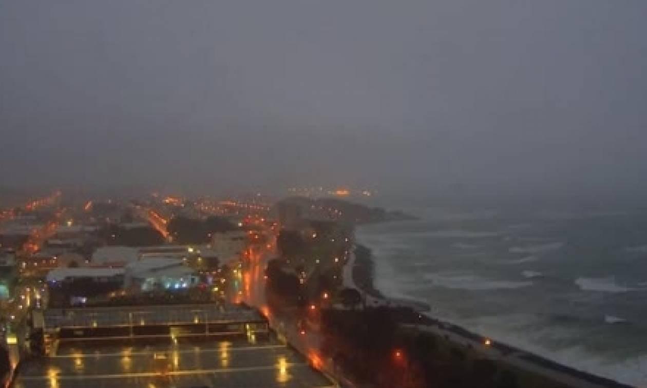 Απίθανο βίντεο: Κεραυνός χτυπά... νύχτα και «ρίχνει» το διαδίκτυο (video)