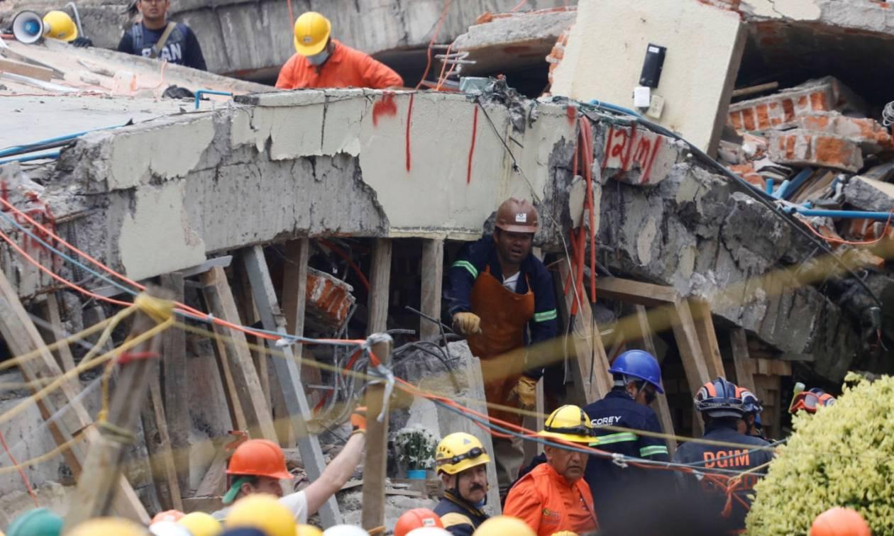 Σεισμός Μεξικό: Ελπίδα κάτω από τα συντρίμμια του σχολείου – Εντοπίστηκε ζωντανή μία 12χρονη (vids)