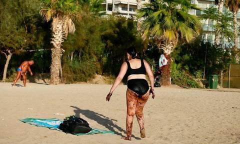 Σοκαριστική φωτογραφία: Γυναίκα στο Παλαιό Φάληρο βγαίνει από τη θάλασσα καλυμμένη με πίσσα!