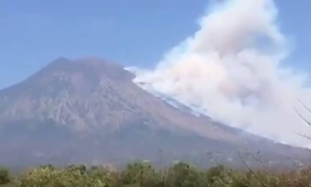 Μπαλί: Εκατοντάδες άνθρωποι εγκαταλείπουν τα σπίτια τους υπό την απειλή ηφαιστειακής έκρηξης