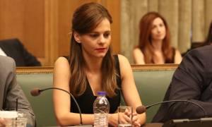 Το καυτό μίνι της Αχτσιόγλου στην ομιλία του Τσίπρα (pics)