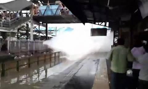 Τρένο μπήκε με μεγάλη ταχύτητα σε πλημμυρισμένο σταθμό - Δείτε τι έγινε στη συνέχεια! (vid)