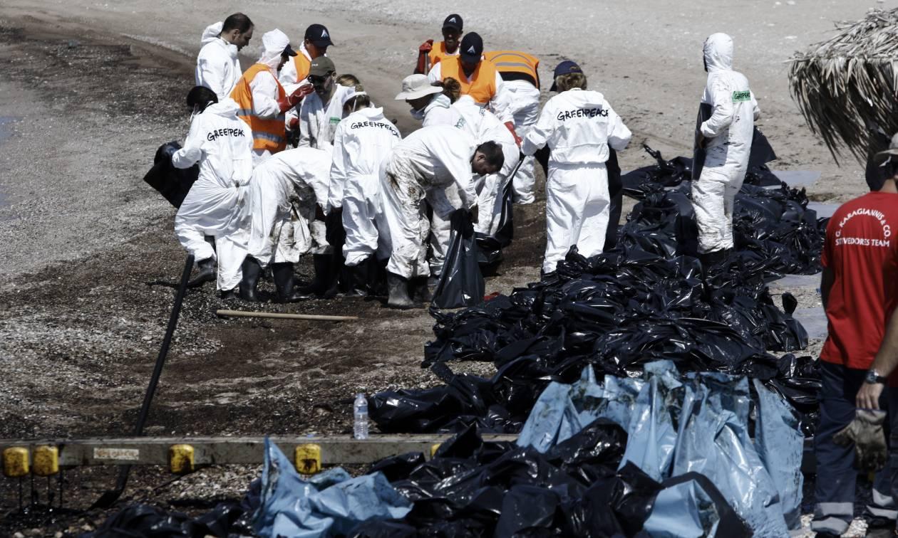 Πετρελαιοκηλίδα: Τι είναι τα «πετρελαιοφάγα» βακτήρια και πώς θα καθαρίσουν τον Σαρωνικό;