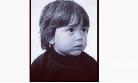 Δεν πάει το μυαλό σας ποιος πασίγνωστος Έλληνας τραγουδιστής είναι ο μικρός