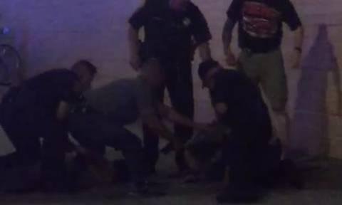 Σκληρές εικόνες: Απίστευτες σκηνές αστυνομικής βίας μπροστά στην κάμερα (Video)