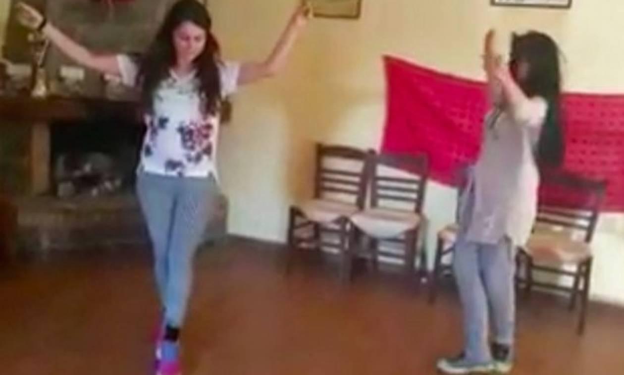 Κρητικοπούλες μαθαίνουν συρτά και το διασκεδάζουν για τα καλά! (vid)