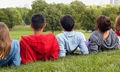 Έρευνα: Πώς τα στερεότυπα ανάμεσα στα δύο φύλα στην εφηβεία λειτουργούν αρνητικά