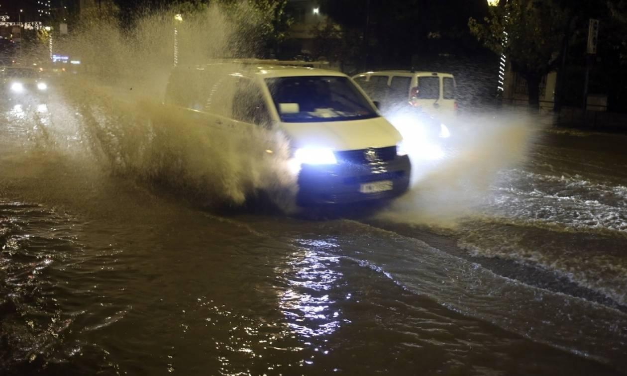 Καιρός ΤΩΡΑ: Ισχυρή καταιγίδα και χαλάζι στην Αττική – Κυκλοφοριακό χάος και διακοπές ρεύματος