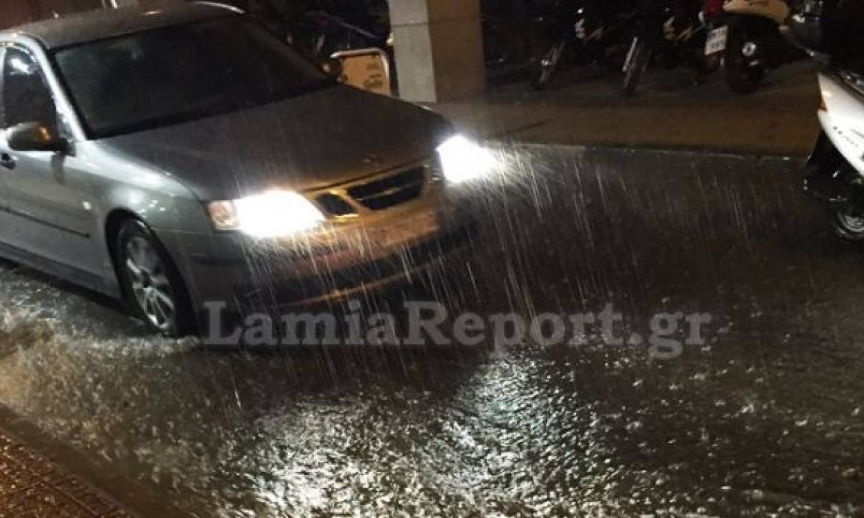 Κακοκαιρία: «Ποτάμια» οι δρόμοι στη Λαμία από την νεροποντή