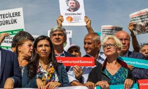 Τουρκία - Δίκη Cumhuriyet: Ένας δημοσιογράφος αποφυλακίστηκε - Τέσσερις θα παραμείνουν κρατούμενοι