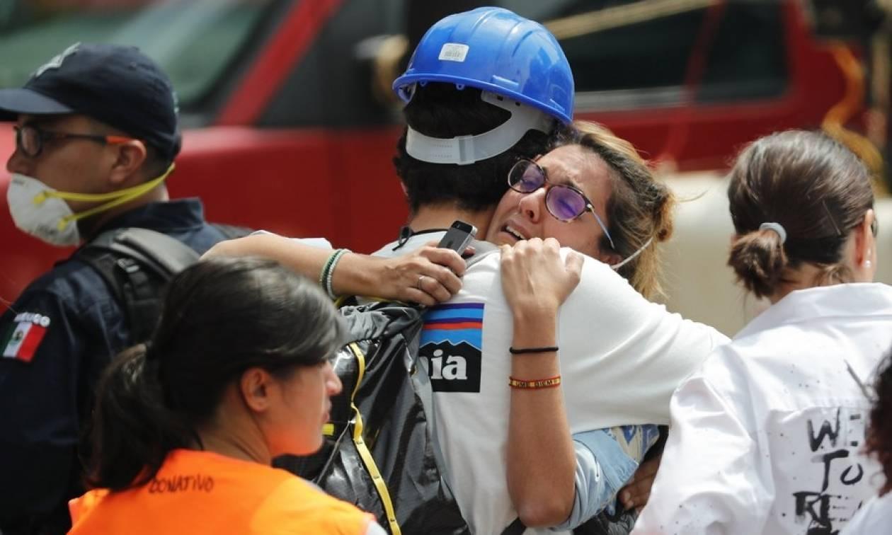 Σεισμός Μεξικό: Ο θρήνος γίνεται οργή – Ανασύρουν διαρκώς πτώματα από τα ερείπια (Pics+Vids)