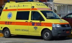 Ναύπακτος: Σφοδρή σύγκρουση αυτοκινήτου με μοτοσικλέτα (pics)